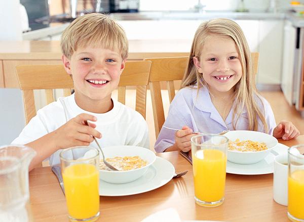 kids-eating-breakfast